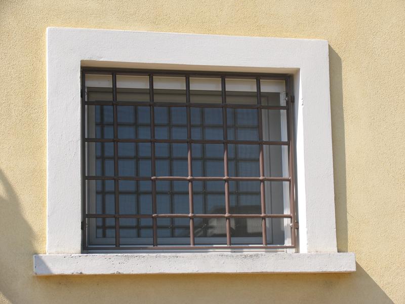 Bologna inferriate per finestre apribili o fisse cancelli di sicurezza e serrande per negozi - Finestre all inglese ...